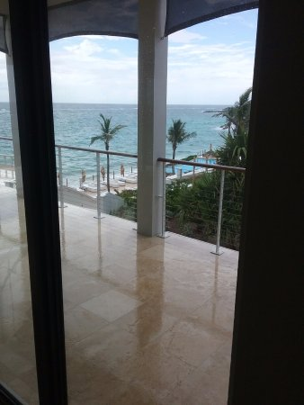 Tucker's Town, Bermuda: View of pool from the lobby