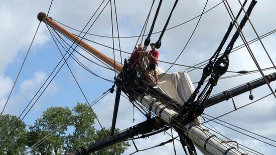 Rochefort, Francia: Maintenance de L'Hermione par l'équipage