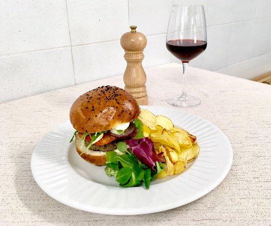 Villar San Costanzo, Ιταλία: Hamburger di Fassona Piemontese, specialità della domenica!