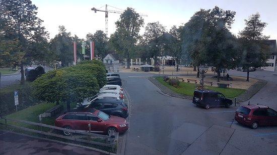 Valerian - Das Business Hotel: Parkplätze und Sicht Richtung Ort