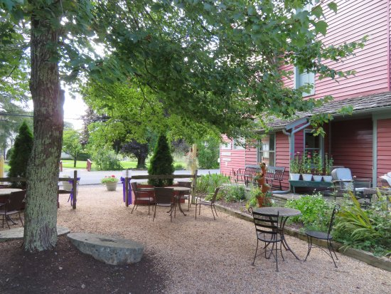Inn at Gristmill Square : Outside Courtyard