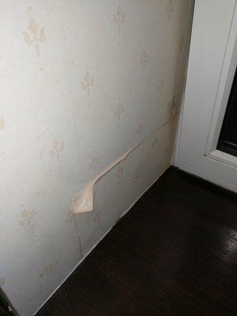 Muthu Dalmally Hotel: wallpaper peeling off