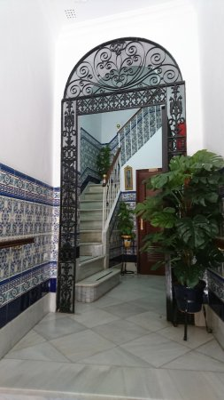Hostal Colon: entrance foyer with andalusian Azulejos