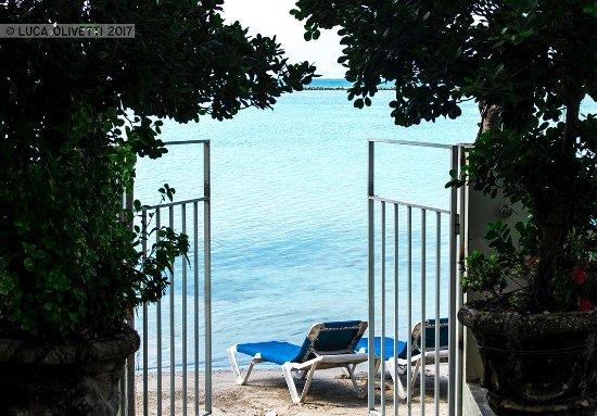 Hotel Don Michele : la spiaggia vista dal patio bar