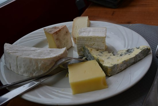 Chabanais, Francia: Assiette de fromages servie pour 3 avec du choix ce que j'ai particulièrement apprécié