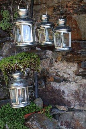Lousa, Portogallo: Entrada decorada com candeias
