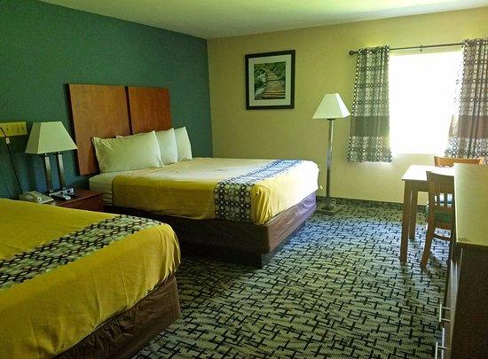 Putnam, CT: Two Queen Beds