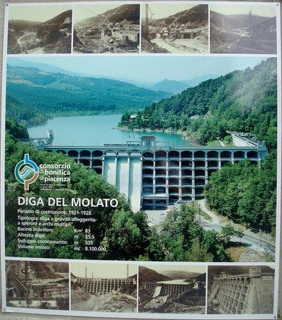 Nibbiano, Italia: Utile pannello all'ingresso della diga