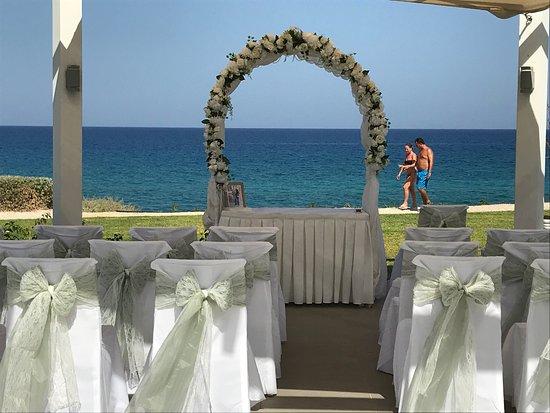 Pernera Beach Hotel: Sand, sea and food
