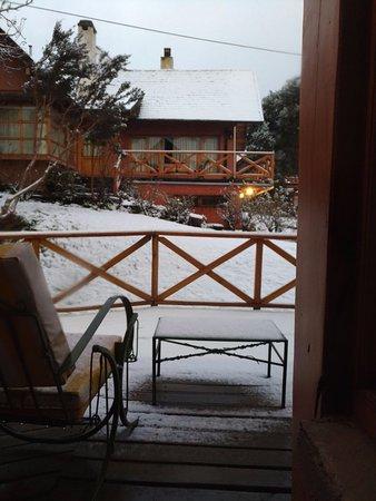 Apart Hotel del Arroyo: Foto tirada de dentro do quarto depois da neve de uma noite inteira!
