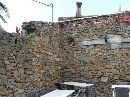 Conilhac-Corbieres, فرنسا: Terrasse à l'arrière du resto