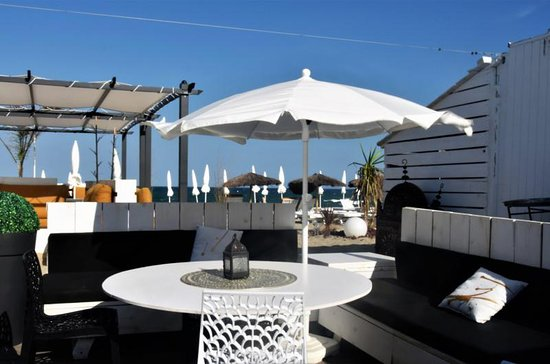 Saint-Cyprien-Plage, France : so-beach-restaurant-exterieur-1920_large.jpg