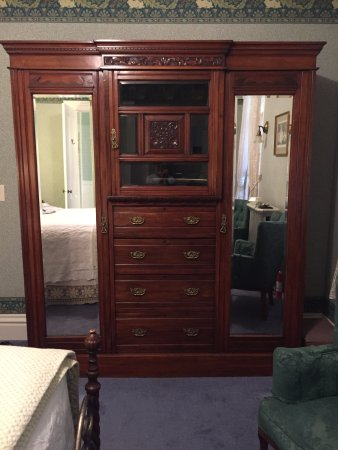 La Belle Vie Bed & Breakfast: Magnificent armoire in the Woodland room