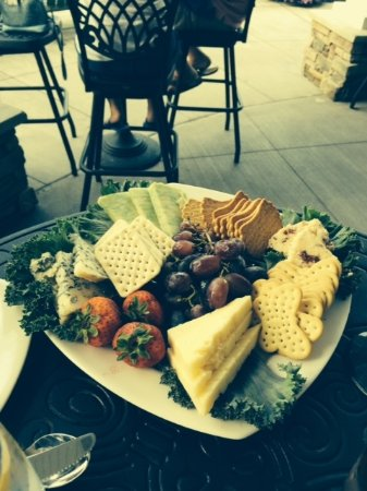 BluePointe Grille : Perfect afternoon snack with a glass of wine at the harbor
