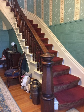 La Belle Vie Bed & Breakfast: Impressive staircase and bannister in hallway