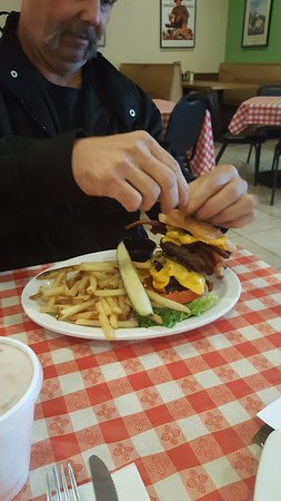Chiefland, FL: Big burger, double cheese patties. Very big