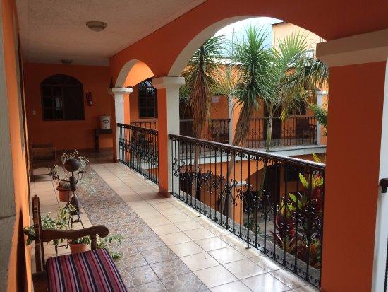 Hotel Chinimaya Panajachel: Pasillos del hotel, Segundo piso