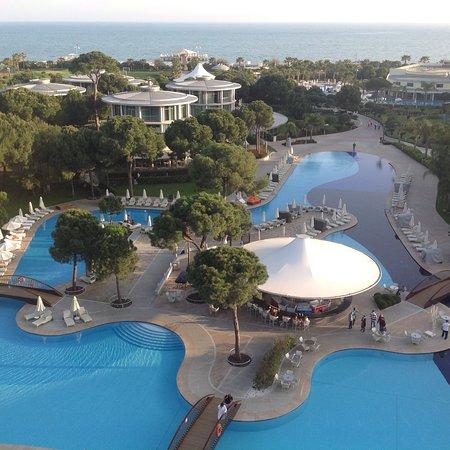 Calista Luxury Resort: Blich von unserem Zimmer über die Poollandschaft zum Meer