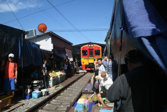 Samut Songkhram, Thailand: Mercado tren