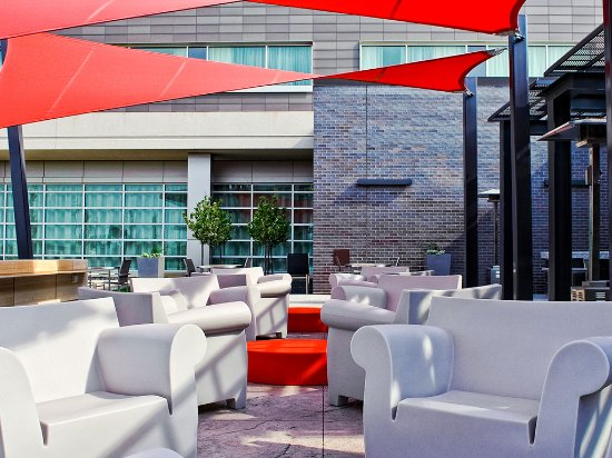 The Hotel at Kirkwood Center: Outdoor Patio