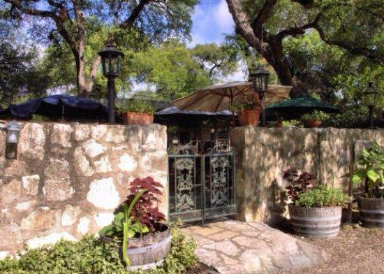 Helotes, TX: The Grey Moss Inn entrance