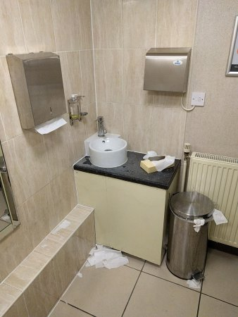 Handforth, UK: Lobby toilets