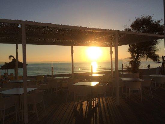 Santa Margalida, Spain: Sonnenaufgang beim Frühstück  Das Hotel bei Nacht  Der seitliche Meerblick