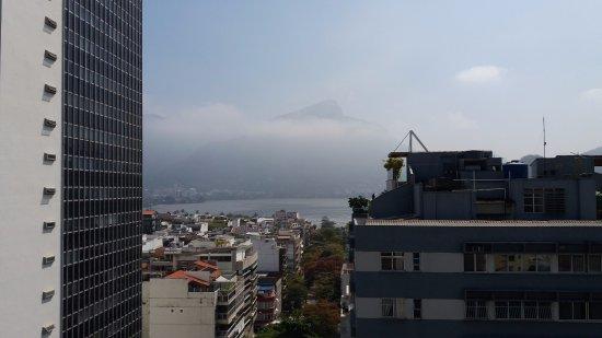 Mar Ipanema Hotel: Vista da varanda. Neblina sobre a Lagoa e o Cristo ao fundo.
