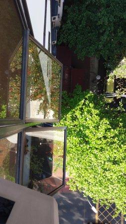 Mar Ipanema Hotel: Vista da varanda. Ruas arborizadas e a coberta vermelha Devassa Restaurante/bar