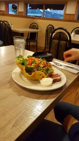 Lillooet, Καναδάς: Filled taco and salad with sour cream and salsa dip