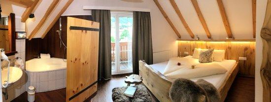 Schlafzimmer Mit Freistehender Badewanne Picture Of Hotel Garni