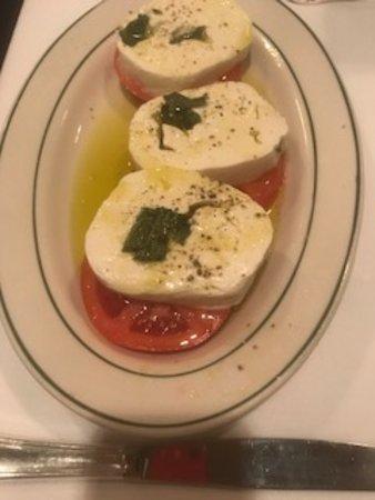 Roslyn, Nova York: Tomato mozzarella salad....