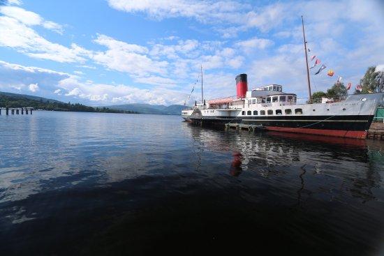 Balloch, UK: Очень красивое место не реальная зелень  и красивое озеро мы даже купались в нем )))