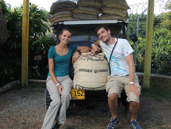 Café La Morelia: Nuestros visitantes junto a nuestro tradicional Jeep Willys.