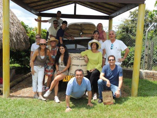 Café La Morelia: Nuestros visitantes junto a nuestro tradicional Jeep Willys