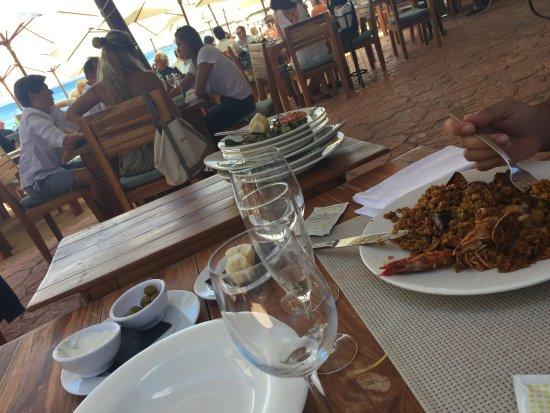 Sant Jordi, Spain: El camarero dejaba sistemáticamente los platos sucios de otras mesas sobre nuestra mesa de la pa