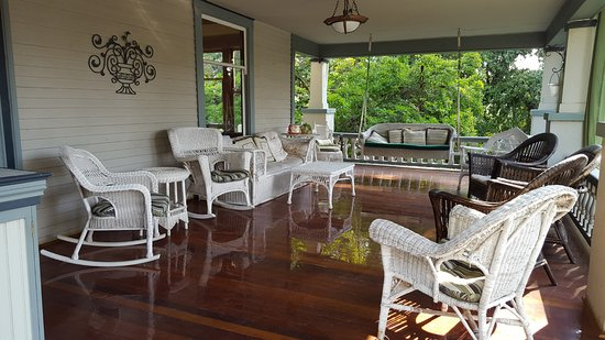 Calderwood Inn: Inviting front porch