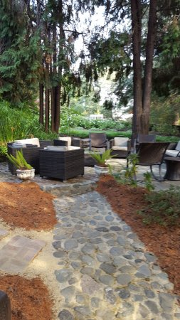 Calderwood Inn: Conversation area in side yard