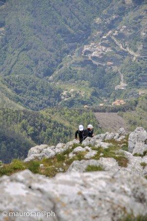 Coppia di amanti del trekking in salita al Monte Finestra da Tramonti