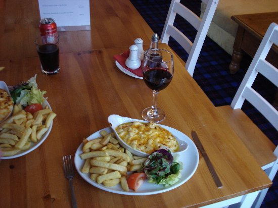 Comrie, UK: Macaroni Cheese, chips and salad.