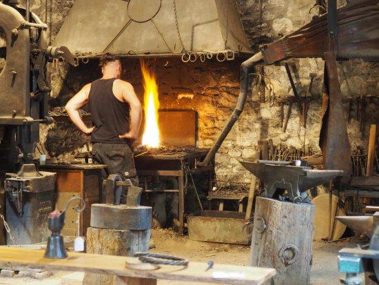 Foix, فرنسا: le forgeron surveille et attiose son feu