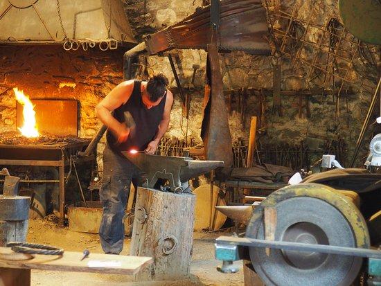 Foix, فرنسا: le forgeron prépare un clou