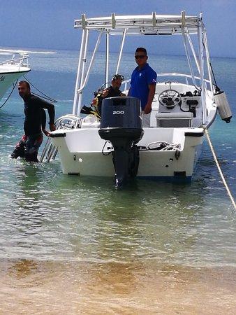 West End, Honduras: de regreso, bajando del bote.
