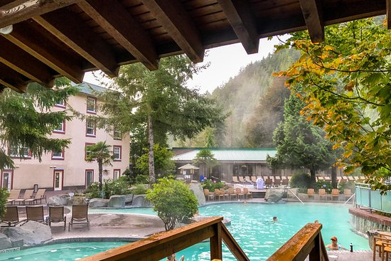 Harrison Hot Springs, Canada: Family pool at 8am with Copper Room in the background