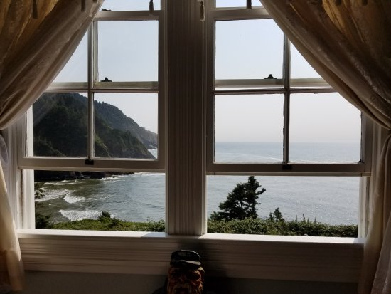 Heceta Head Lighthouse Bed and Breakfast: Listening to the waves coming in