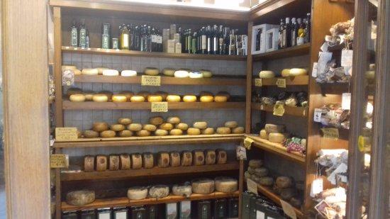Pienza, Italy: Scaffali interni