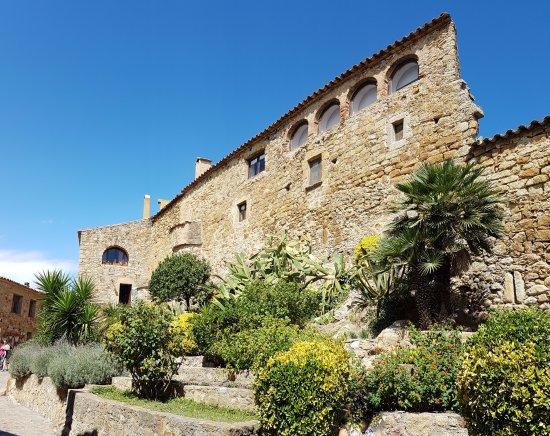 Pals, Spain: DETALLE DE CALLE, JARDIN Y CASA