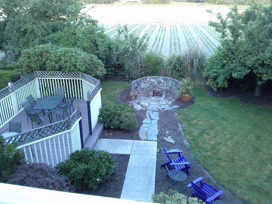 La Conner, WA: Quiet outdoor sitting areas and a garden area