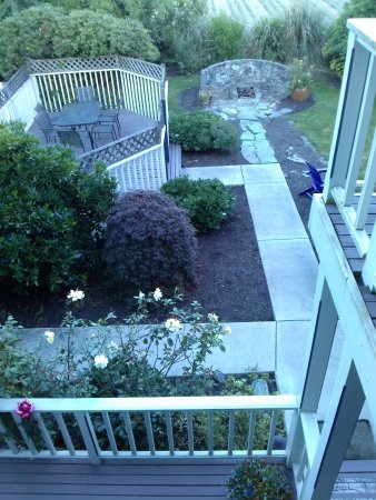 La Conner, WA: Small patios on every floor overlooking the garden area