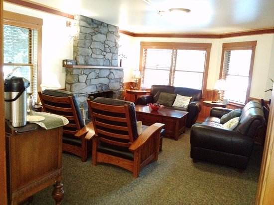 La Conner, WA: Common living room area with a tea/water/coffee station